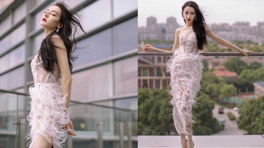29岁迪丽热巴身材绝美 镂空羽毛裙秀长腿美背撩人