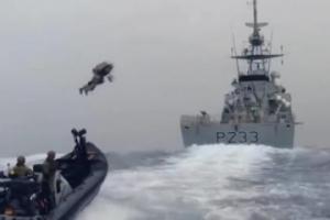 英军测试喷气飞行装置 像钢铁侠一样在水上飞行