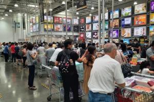 台湾暴增180例本土确诊引恐慌 超市几近抢空