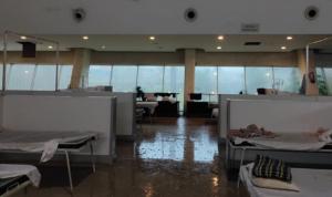 印度一新冠救治中心遭风暴袭击
