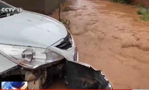 河南洛阳:暴雨引发山洪!多人被困