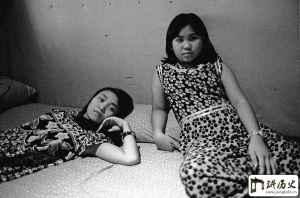 老照片:女子被卖到东南亚,麻木苟且的生活