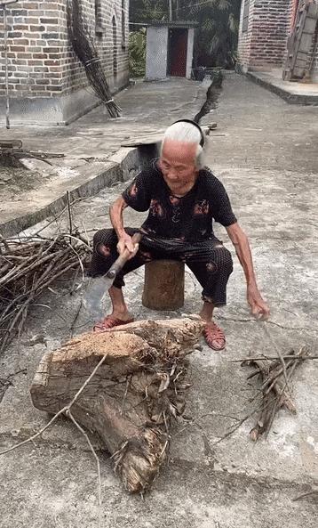 """百岁奶奶被儿孙宠成""""网红""""!网友直呼羡慕"""