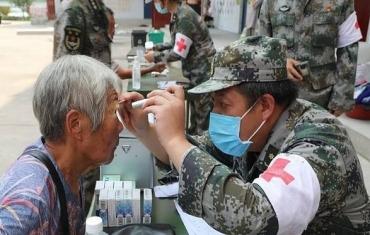 陆军第83集团军送医送药到灾区