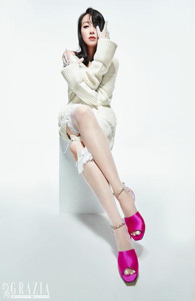 宋茜杂志开年刊封面大片出炉 魅惑蛇尾眼妆演绎高级性感美