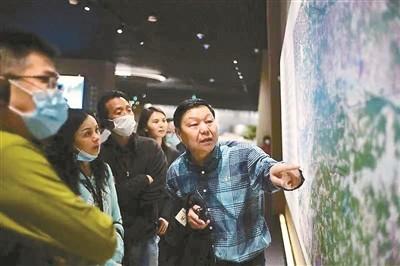 许宏(右一),1963年生,中国社会科学院考古研究所研究员。从事中国早期城市、早期国家和早期文明的考古学研究。面向公众的著作有《最早的中国》《何以中国》《大都无城》《东亚青铜潮》等。