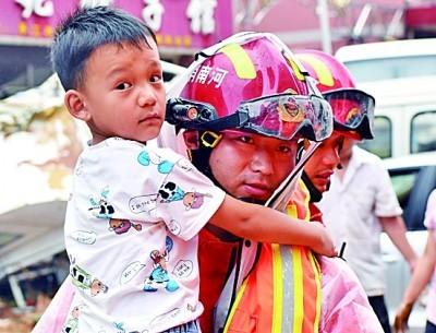 """消防救援队伍:暴雨中的""""橙光"""""""