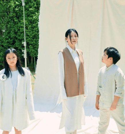 50岁李英爱样貌冻龄 龙凤胎儿女身高已到妈妈肩膀