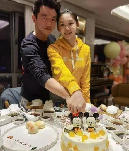 郑恺苗苗女儿百日宴现场图曝光 两人甜蜜切蛋糕