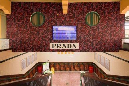 Prada菜场外女子把菜扔进垃圾车 Prada菜场是什么