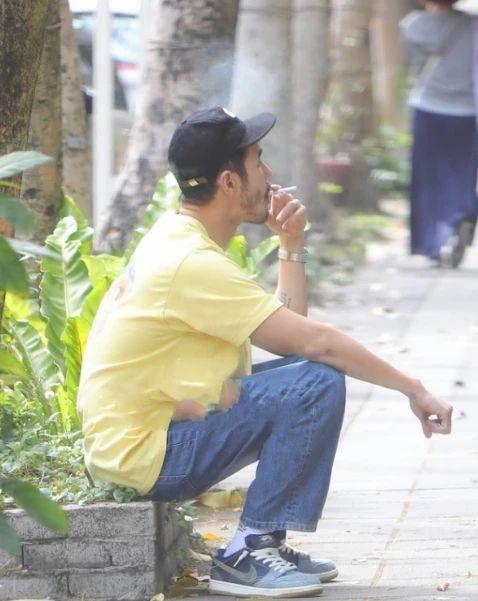 38岁阮经天满脸胡茬 坐路边抽烟毫无明星包袱