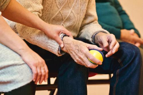 慢性病老人生活质量难题,深业颐居破解有方
