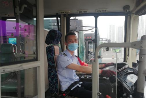 """公交车秒变救护车 上演8分钟""""生死时速"""""""