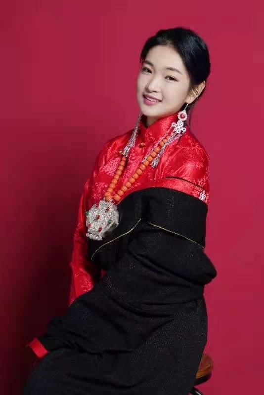 雪山之巅:藏族姑娘德德发行《神秘的西藏》歌唱家乡