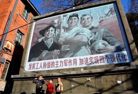 """▲ 电影播出之后,取景地卫东机械厂成为了""""网红打卡地""""。图/视觉中国"""