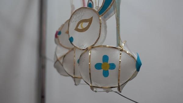 何伟福所在灯彩工作室里悬挂的兔子灯