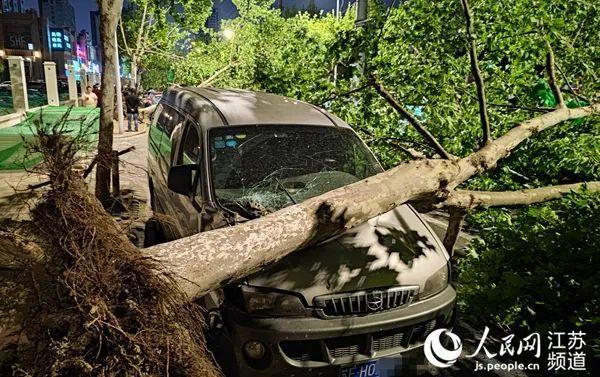 江苏南通突遭冰雹和大范围强雷暴大风天气,目前已致11人死亡