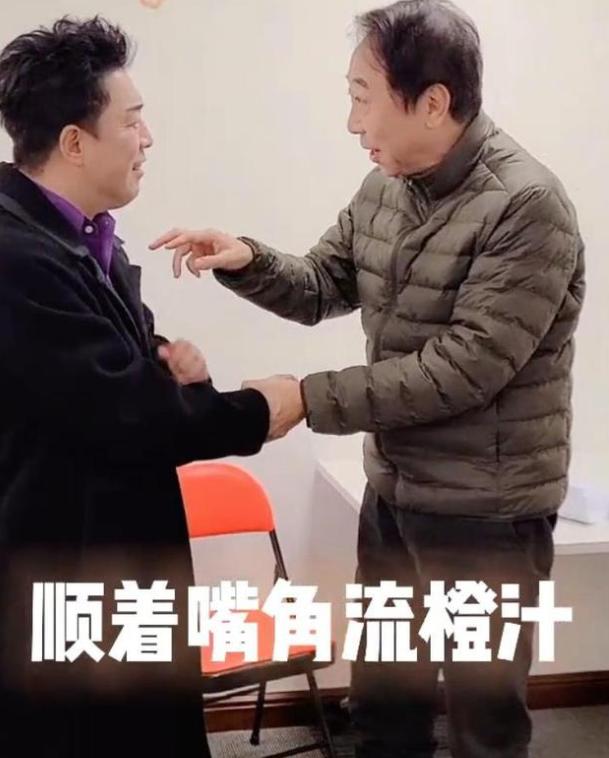冯巩黄渤罕见同框向观众拜年 互飚小品段子