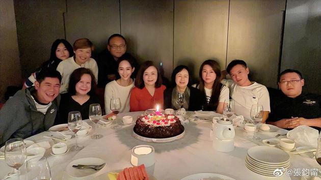 张钧甯为妈妈庆生 母女二人贴脸自拍似亲姐妹
