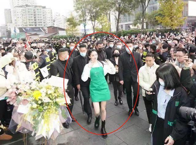 23岁关晓彤升级当老板 店面爆火宣传时表情高冷
