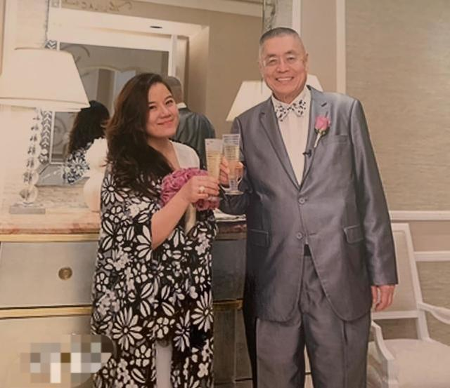 82岁大师刘诗昆与妻女合影像爷爷 为女儿建学院