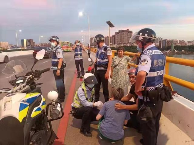惠州市交警发现一名年轻女子情绪激动欲跳桥 耐心劝导安抚已被安全接回