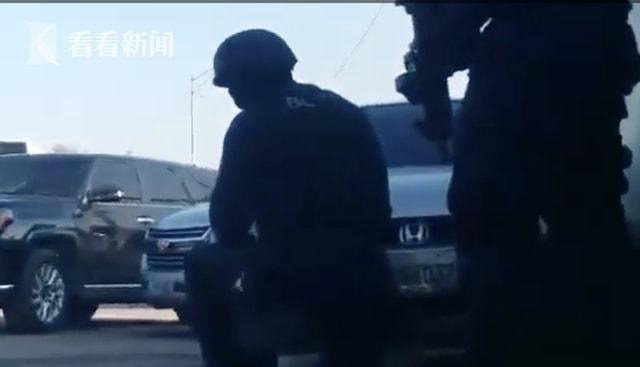 海地黑帮团伙纪念日开枪赶跑总理黑帮老大上台主持
