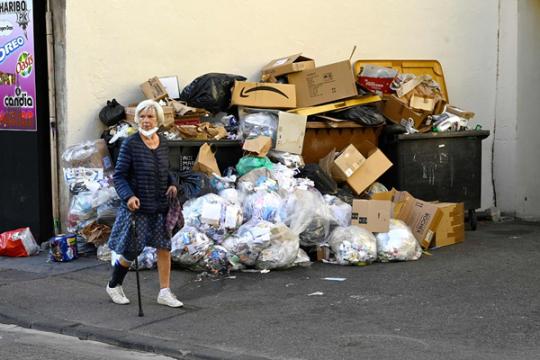 法国清洁工罢工 街头垃圾成山