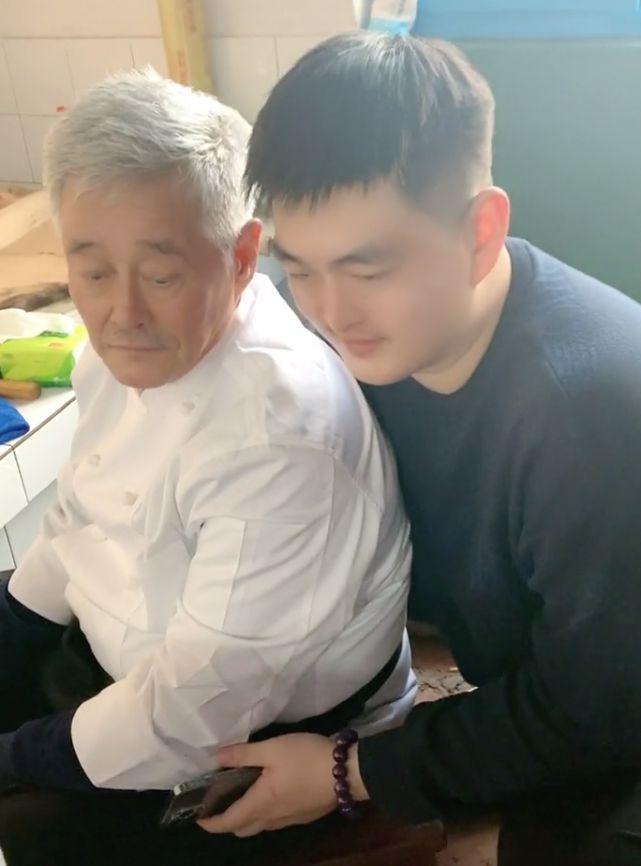 63岁赵本山罕与儿女同框 父子长太像被指复制粘贴
