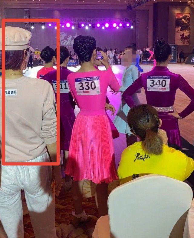 马伊琍陪7岁小女儿上舞蹈课 耐心为女儿梳妆打扮
