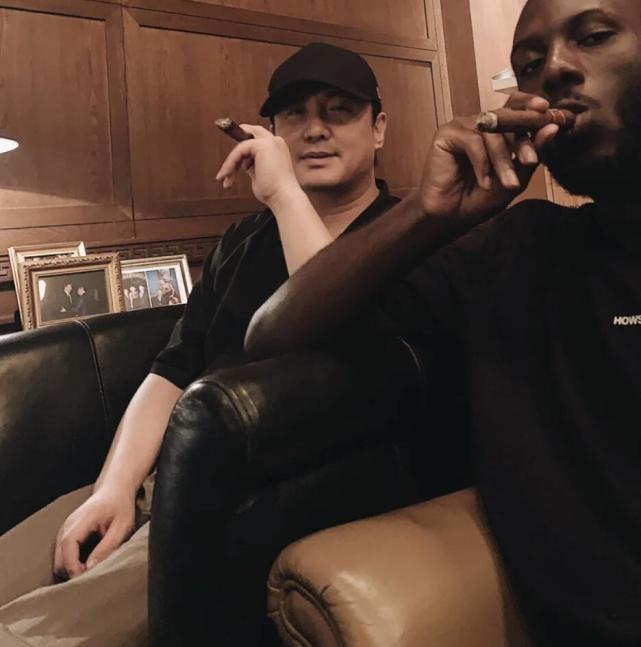 沈腾与黑人朋友聚会 打扮低调拿雪茄姿势熟练