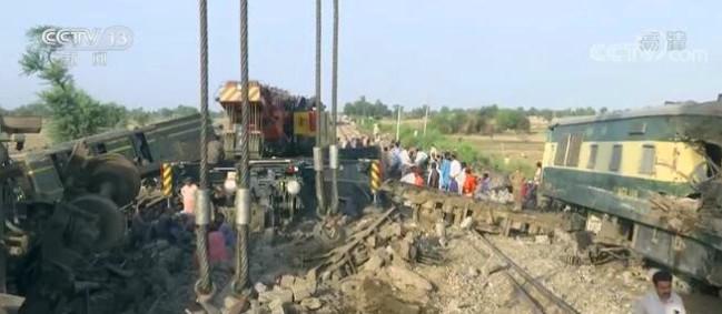 记者探访:巴基斯坦列车相撞事故正紧张救援