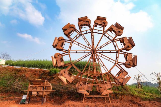 艺术家杨礼杰的《四季·风》,用农用鼓风车形成一个一环