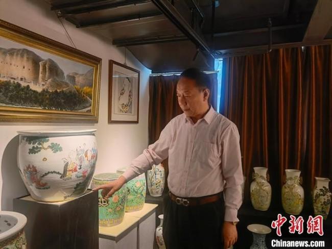 刘世杰向记者介绍自己收藏的文物。