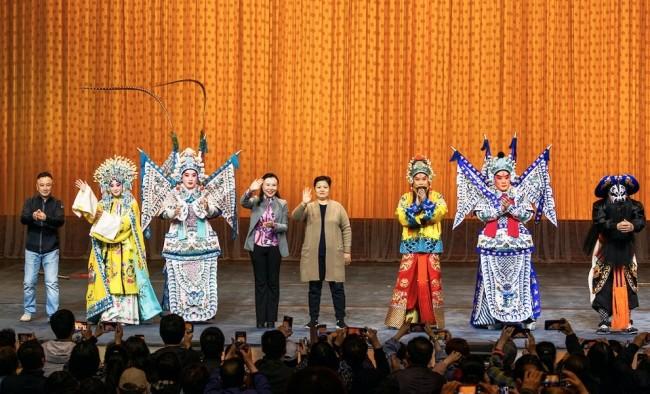 京剧《龙凤呈祥》演出后,演员与台下观众互动