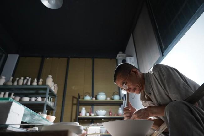 熊国安在制作薄胎瓷(7月14日摄)。新华社记者 周密 摄
