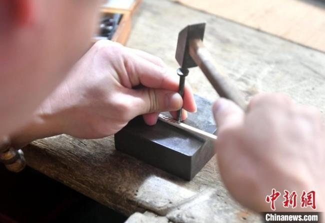 图为林伟星正在制作银手镯。 吕明 摄