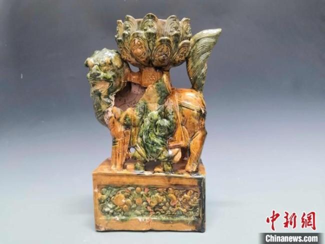 济南裴家营东南墓地出土的黄绿釉狮坐莲花灯。 济南市考古研究院供图