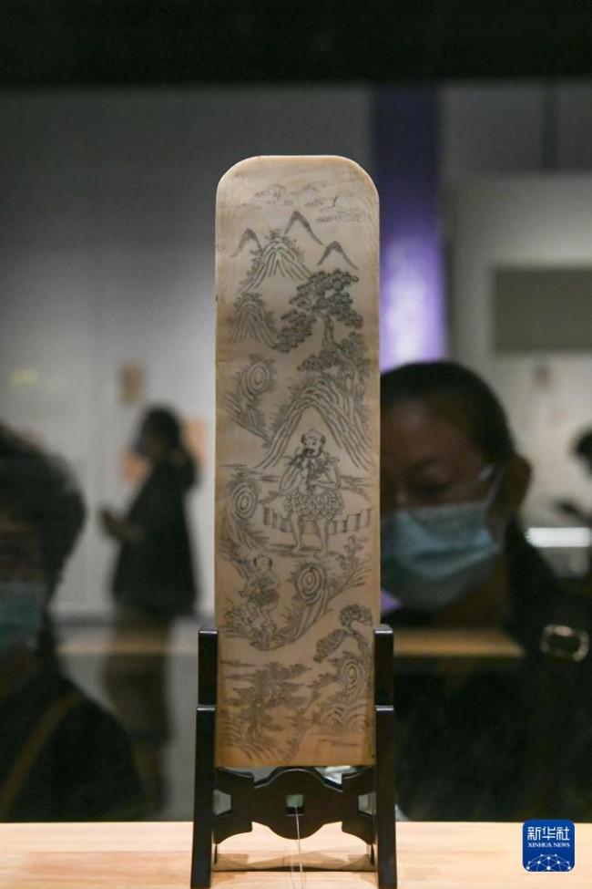 """这是9月17日在""""发现中医之美——中国传统医药文物特展""""上拍摄的""""神农尝药图""""象牙牌。新华社记者 胥冰洁 摄"""