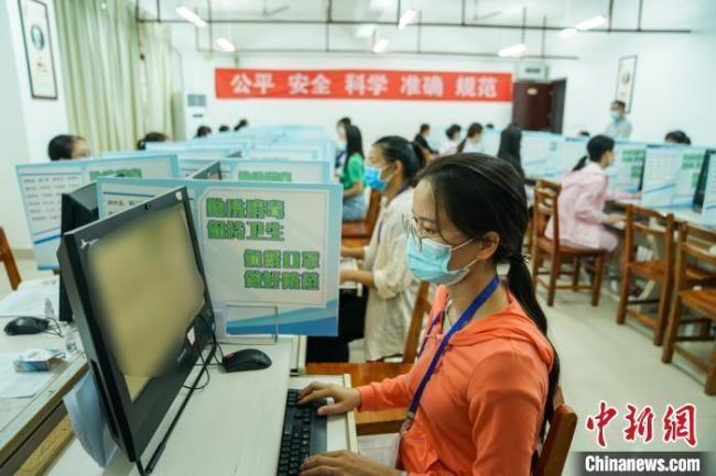 资料图:2020年7月16日,广西壮族自治区招生考试院举办高考评卷开放日活动。 陈冠言 摄