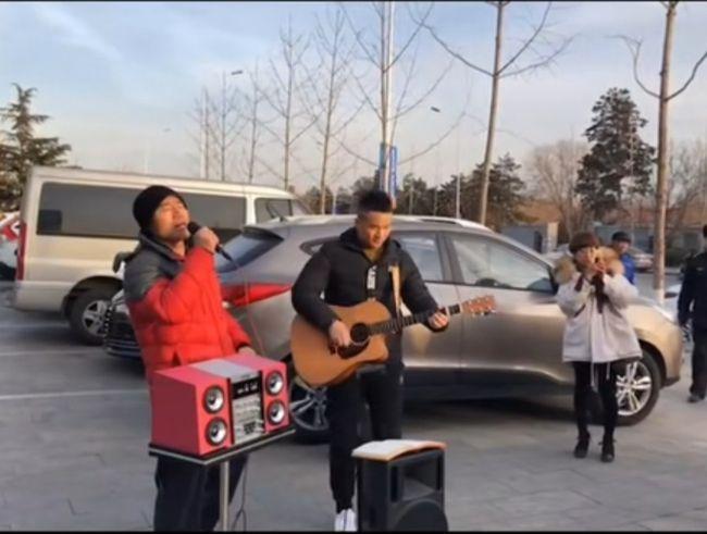 旭日阳刚街头合体唱《春天里》遭群嘲:钱又没了?