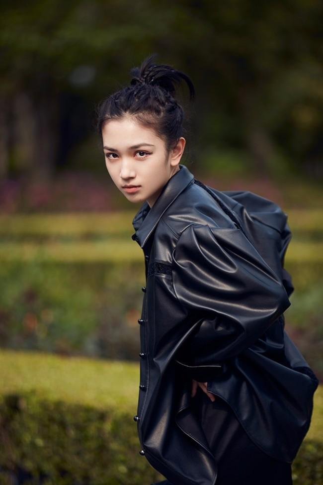 代露娃ALL BLACK装扮亮相上海时装周