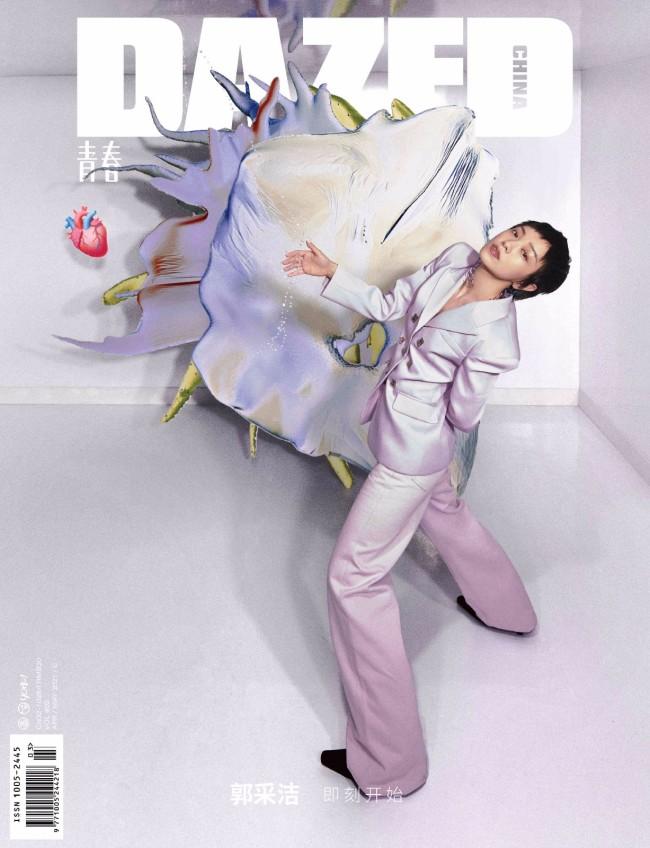 郭采洁Dazed五月封面上线 奇幻别致诠释别样氛围感
