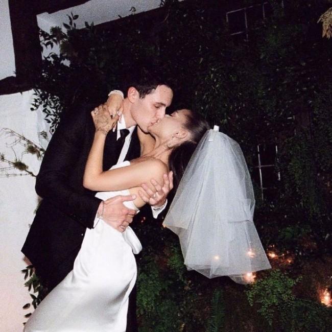 A妹分享婚礼现场照片 穿婚纱与新婚丈夫拥吻
