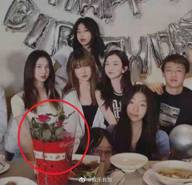 李嫣15岁生日派对现场照曝光 长发披肩锁骨吸睛