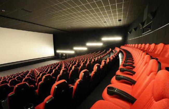 熊孩子拍坏价值2万的屏幕 家长拒赔:影院也有责任