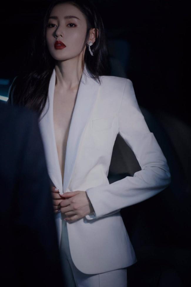 张天爱白色真空西装造型超A!动作利落飒爽
