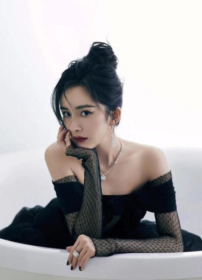 """34岁杨幂大秀美背 """"辣妈""""风韵性感迷人"""