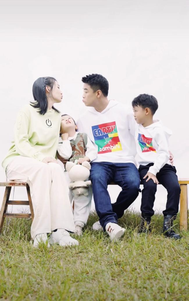 """王皓拍全家福 美娇妻被赞""""国乒最美嫂子"""