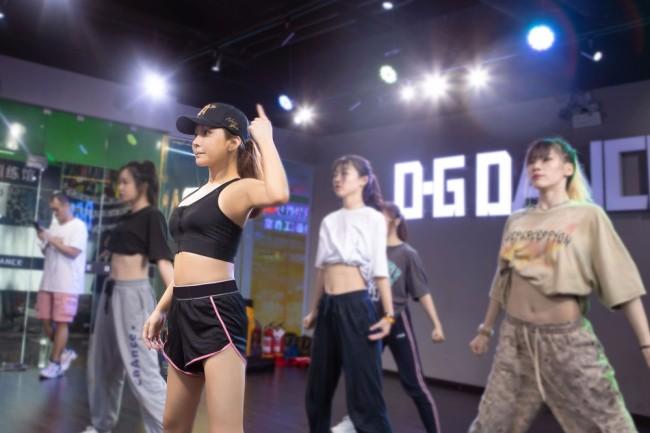 温岚为新专辑挥汗练舞 主打曲大尺度挑战即将曝光